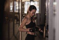 Fit Woman einstellen Gürtel während des Trainings im studio — Stockfoto