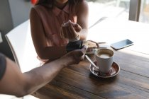 Дівчинка-підліток оплаті через smartwatch — стокове фото