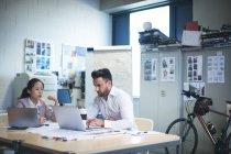 Cadres travaillant sur ordinateur portable au bureau moderne — Photo de stock