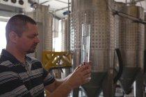 Чоловічий працівник вивчення Джин в циліндр заводі — Stock Photo