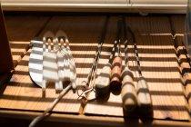 Крупный план различных инструментов, находящихся на столе — стоковое фото