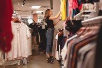 Menina bonita compras de roupas no shopping — Fotografia de Stock