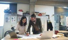 Cadres en discuter au plan directeur au bureau moderne — Photo de stock
