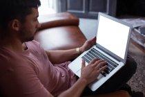 Cliente masculino usando el ordenador portátil en la barbería - foto de stock