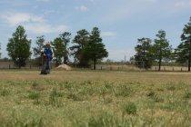 Formateur le chien de berger dans le domaine de la formation sur une journée ensoleillée — Photo de stock