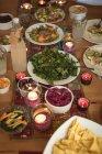 Detailansicht der Vielfalt der Speisen am Tisch serviert — Stockfoto