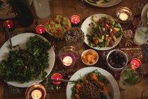 Vista de cerca de variedad de comida que se sirve en mesa - foto de stock
