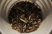 Close-up vista montão de balas no recipiente — Fotografia de Stock