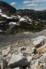 Montagna rocciosa coperta di ghiacciaio durante l'inverno — Foto stock