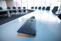 Gros plan du clavier sur la table au bureau . — Photo de stock