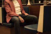 Средняя часть человека, путешествующего на поезде — стоковое фото
