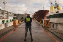 Portrait d'un docker debout les bras croisés dans un chantier naval — Photo de stock