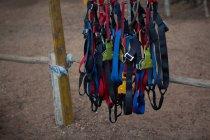 Chicotes pendurados no ponto de partida no curso de cordas — Fotografia de Stock