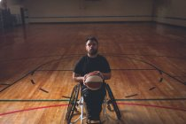 Disabled man practicing basketball alone in the court — Stock Photo