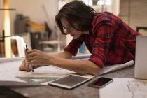 Молода жінка інженера за допомогою компаса в майстерні. — стокове фото
