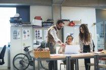 Führungskräfte diskutieren über Laptop im modernen Büro — Stockfoto