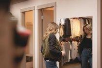 Задній вид дівчина перевірка куртка перед дзеркалом — стокове фото