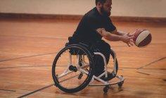 Uomo disabile praticare basket da solo in tribunale — Foto stock
