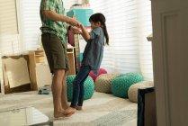 Padre e figlia che giocano insieme in salotto — Foto stock
