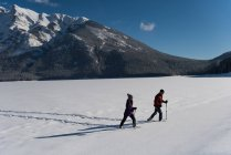 Couple snowshoeing in wintry mountain landscape. — Stock Photo