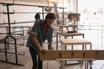 Женщины ремесленника с использованием буровой машины в мастерской — стоковое фото