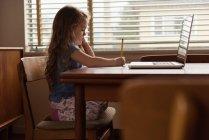 Чарівної маленької дівчинкою виконання домашнього завдання на дому — стокове фото