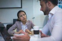 Керівники обговорювати один з одним в офісі — стокове фото