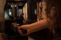 Официантка с портативным фильтром, наполненным молотым кофе в кафе — стоковое фото