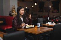 Жінка фотографують їду з мобільного телефону в ресторані — стокове фото