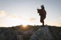 Мужчина масаи в традиционной одежде, с использованием цифрового планшета — стоковое фото