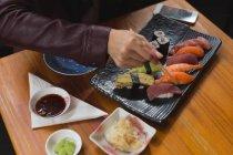 Nahaufnahme der Frau, die Sushi-Essen im restaurant — Stockfoto