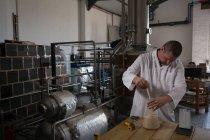 Contrôle de la qualité du gin dans l'usine — Photo de stock