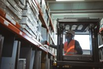 Чоловічий працівник водіння навантажувача складі — стокове фото