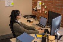 Grafikdesignerin nutzt Grafik-Tablet am Schreibtisch im Büro — Stockfoto