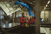 Deux ouvriers discutent dans une usine — Photo de stock