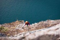 Над головой альпинистки, взбирающейся на скалистую гору — стоковое фото