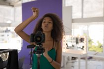 Професійний фотограф, зйомки в професійну студію — стокове фото