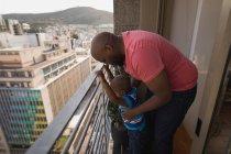 Vater und Sohn spielen zu Hause auf Balkon. — Stockfoto