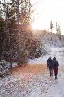 Escursionista coppia a piedi attraverso la neve durante l'autunno — Foto stock