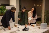 Colleghi d'affari che discutono del progetto in carica — Foto stock