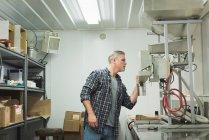 Людина перевірка зерна нафтопереробний завод машина заводі — стокове фото