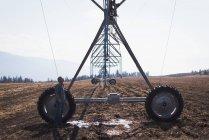 Automatisiertes Bewässerungssystem auf dem Feld an einem sonnigen Tag installiert — Stockfoto
