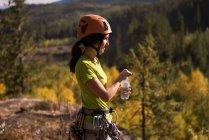 Vue latérale de l'eau potable grimpeur femelle assoiffée — Photo de stock