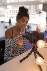 Красивые моды блоггер сделать блог видео с цифровой камеры — стоковое фото