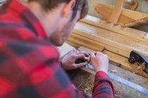 Gros plan de sexe masculin charpentier travaillant dans l'atelier — Photo de stock