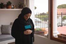 Mulher muçulmana rezando salah em casa — Fotografia de Stock