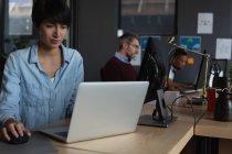 Уважний колег роботи з комп'ютерами в бюро в офісі — стокове фото