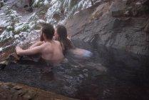 Задумчивая пара отдыхает в жаркую весну зимой — стоковое фото