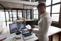 Бізнес-леді за допомогою цифрових планшетного ПК в офісі — стокове фото