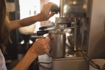 Cocer al vapor la leche en la máquina de café en un café de Barista - foto de stock